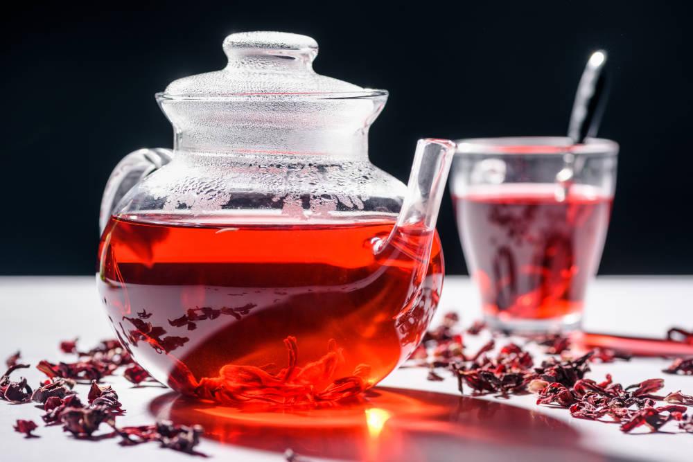 ceainic cu ceai de hibiscus